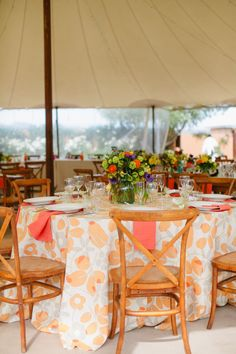 La Tavola Fine Linen Rental: Nellie Tangerine with Tuscany Coral Napkins | Photography: Jenna Marie Photography, Event Planning: Dandelion Events, Floral Design: Mandy Scott Floral