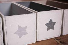 Recycler des caisses avec un coup de pinceau et un motif pochoir en en-tête pour indiquer la nature du rangement ou juste faire beau