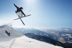 Our check-list and tips for skiing for beginners looking to take a ski vacation Bmx, Bike Mtb, Snowboard Goggles, Ski And Snowboard, Snowboards, Wakeboarding, Ski Freestyle, Best Ski Resorts, Ski Jumping