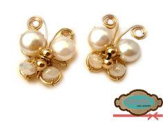 Zarcillos en forma de mariposa elaborados en oro laminado, perlas cultivadas y cristales checos. #Earrings