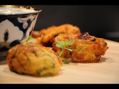 κολοκυθοκεφτέδες ζουμεροί και πολύ νόστιμοι cuzinagias - YouTube Greek Recipes, Cauliflower, Muffin, Food And Drink, Cooking Recipes, Vegetarian, Meat, Chicken, Vegetables