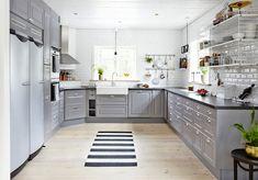 Johanna Pilfalk I Sara Landstedt Grey Cabinets, Kitchen Cabinets, Interior Design Living Room, Living Room Decor, Kitchen Dining, Kitchen Decor, Gray And White Kitchen, White Kitchens, Interior Stylist