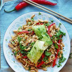 Kålruletter er litt ukult, men med asiatiske smaker i kjøttdeigfyllet har du plutselig sunne, lavkarbo vårruller. Serveres med en nudelsalat med peanøtter