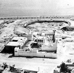 متحف قطر الوطني في مرحلة الانشاء حيث كان القصر موجوداً وتم تشييد اجزاء المتحف الأخرى حول القصر..وتظهر المنطقة المحفورة في الوسط وكانت للبحيرة والمراكب القديمة..كان ذلك في السبعينيات الميلادية.