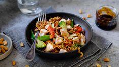 Kyllingwok er rask, god og sunn mat. Her bruker vi ferdig kuttede, sprø grønnsaker, nudler og en veldig god woksaus. Super middag til hele familien.