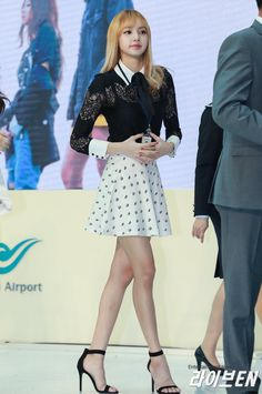 Leg goals Moda Kpop, Blackpink Fashion, Korean Fashion, Kpop Girl Groups, Kpop Girls, Lisa Black Pink, Kim Hyuna, Rapper, Jennie Lisa