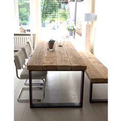 Wat een prachtige tafel gemaakt van oude plafondbalken mét een robuust stalen frame eronder. Natuurlijk is deze mooie tafel te verkrijgen in diverse maten.