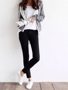 Ideas Fashion Casual Chic Spring Black Skinnies For 2019 Sneaker Outfits, Sneakers Fashion Outfits, Casual Outfits, Estilo Casual Chic, Casual Chic Style, Grey Style, Korean Fashion, Trendy Fashion, Womens Fashion