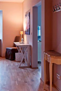 Das Überraschende! Das Zimmer mit einem herrlichen Ausblick auf die Altstadt! Lighting, Home Decor, Old Town, Colors, Homes, Decoration Home, Light Fixtures, Room Decor, Lights