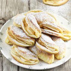 Najlepszy przepis na ciastka serowe z jabłkami. To proste ciasteczka maślane, które zrobisz z czterech składników oraz plasterków jabłek. Przepis pochodzi z 1937 roku. Jest ponadczasowy i sprawdzony.