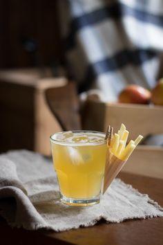 Panaché à la Honeycrisp - Un cocktail à base de pommes du Québec par 1 ou 2 Cocktails. Cocktails, Panna Cotta, Ethnic Recipes, Food, Apples, Recipe, Craft Cocktails, Dulce De Leche, Essen
