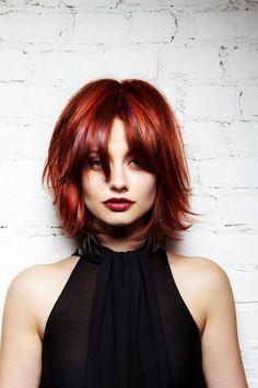 coupe dégradé femme sur cheveux roux avec frange effilée