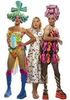 "Las protagonistas de ""The Adventures of Priscilla Queen of the Desert"" Fashion Art, Fashion Models, Fashion Show, Foam Wigs, Terence Stamp, Rupaul Drag Queen, Hugo Weaving, Wig Hat, Fantasy Hair"