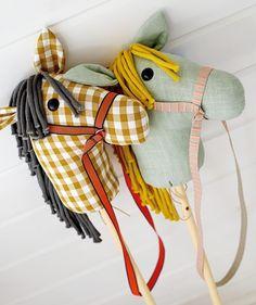 Hobbyhorse - Stoff & Stil - DIY pattern for children's toys Kids Clothes Patterns, Sewing Patterns For Kids, Sewing For Kids, Diy For Kids, Diy Toys Sewing, Baby Sewing Projects, Stick Horses, Diy Clothes Rack, Diy Bebe
