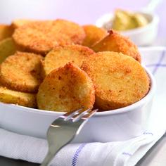 Wentel de aardappelschijfjes eerst door het ei en daarna door het broodmengsel zodat ze rondom goed bedekt zijn. Verhit de frituurolie tot 180°C en frituur de aardappelschijfjes in gedeelten in 4-5 minuten krokant goudbruin. Schep ze uit de pan en laat ze uitlekken op keukenpapier.
