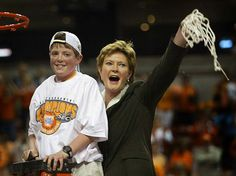 Legendary coach Pat Summitt dies early Tuesday morning