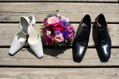 Hochzeit Brautschuhe mit Riemchen und Schuhe Bräutigam mit Brautstrauß