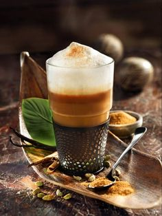 For the spice coffee, milk is heated with allspice, vanilla, cardamom and cinnamon and poured on with coffee - a special kind of milk coffee. Coffee Gifts, Coffee Set, Coffee Break, Coffee Time, Percolator Coffee Maker, Coffee Maker Machine, Turkish Coffee Cups, Spiced Coffee, Vegetable Drinks