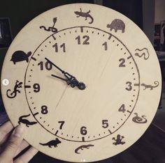 #woodclock #lizard #turtle #snake #reptile #clock #giftforbrother #pyrography #pirográfia #ajándékötlet #hüllő #óra #woodburning #woodworking #handmade #april #madeinhungary #magyartermék #homedecor #homedecoration #mik Rimmel, Pyrography, Reptiles, Clock, Wall, Home Decor, Watch, Decoration Home, Room Decor
