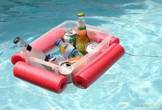 Make This Floating Pool Noodle Beverage Boat in 15 Minutes ~ Have a plastic tub and a pool noodle? Your day at the beach/pool/lake just got a whole lot better with this floating pool noodle beverage boat. Piscina Diy, Mousse, Pool Noodle Crafts, Pool Storage, Drink Cart, Make A Boat, Diy Pool, Pool Fun, Beach Pool