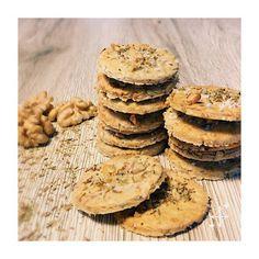 Sablés noix et thym Crackers, Cookies, Desserts, Food, Lawyer, Chocolates, Recipes, Crack Crackers, Tailgate Desserts