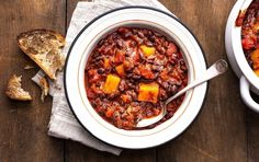 This vegetarian chili calls for hearty butternut squash and black beans which means its high in fiber. One serving provides more than half of your fiber quota for the day and has 15 grams of plant-based protein. Chili Recipe With Black Beans, Hearty Chili Recipe, Black Bean Chili, No Bean Chili, Chili Recipes, Vegetarian Recipes Under 300 Calories, Healthy Recipes, Healthy Foods, Free Recipes