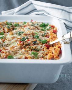 A macaroni casserole that you prepare within 15 minutes, full of delicious vegetables and a mascarpone tomato sauce. An easy recipe for busy days. Healthy Summer Recipes, Healthy Recipes On A Budget, Gourmet Recipes, Vegetarian Recipes, Gourmet Foods, Macaroni And Cheese Casserole, Italian Spices, Vegetable Casserole, Carne Picada