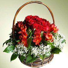 Preciosa cesta de mimbre cubierta de Rosas y Alstroemerias. Completan la decoración pinceladas de Paniculata y hojas de Camelia.    https://www.maximaflores.com/cesta-rosas-silvestres-p-183.html