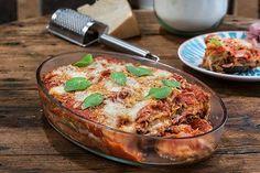 Μελιτζάνες φούρνου με σάλτσα ντομάτας ζαμπόν και τυριά!!! Απολαυστικό φαγητό στο φούρνο με καλοκαιρινά αρώματα!