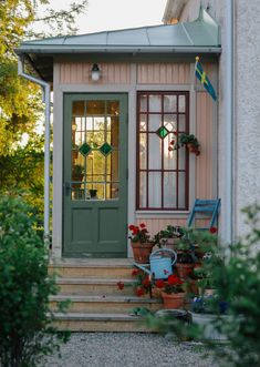 Cottage Porch, Red Cottage, Victorian Porch, Victorian Homes, Glass Porch, Small Sunroom, Sweden House, Red Houses, Colorful Apartment