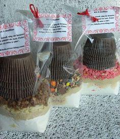 Tout le monde se rappelle des kits à cookies de l'année dernière ! J'avais à l'époque aussi réalisé des kits à muffins pour mes petites collègues qui raffolent de ce genre de petits cadeaux gourmands maison ! Je cède mes petites astuces car certaines...