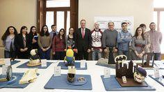 Con los alumnos de la Federación Gremial y Empresarial de Panadería y Pastelería de Valencia junto a las 'monas de pascua'  presentadas a las exposición con motivo de la Pascua
