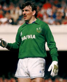 Neville Southall - One hell of a keeper in a blue shirt. Record appearance holder. LEGEND. www.theevertonforum.com