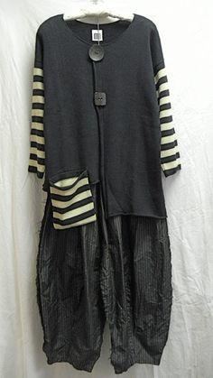 Kati Koos (round and square button.striped sleeves and bag) Look Fashion, Diy Fashion, Fashion Outfits, Womens Fashion, Estilo Cool, Vetement Fashion, Mode Inspiration, Sewing Clothes, Refashion