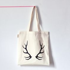 OH DEER, tote bagSac 100% coton biologique (label GOTS)Motif bois de cerf sérigraphié artisanalement avec des encres non polluantesColoris noirExiste aussi en rose fluoDimensions 37x42 cm..................................................................OH DEER black, tote bagDeer antlers screen printed on a 100% organic cotton tote bag2 colors available : neon pink or blackMeasures: approx 37x42cm© Oelwein