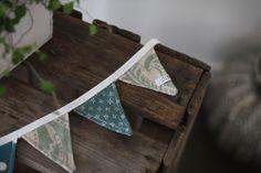 Fem stycken vimplar på en vimpellänga som passar perfekt att använda som ursnygg detalj på barnvagnen eller varhelst den kan tänkas passa. Fler bilder och mer info på litenelsa.blogg.se #vimplar #vimpel #flaggspel #buntings #dekoration #dekorationer #dekorera #pynta #pynt #sy #sytt #färger #inspiration #gulligt #sött #litenelsa
