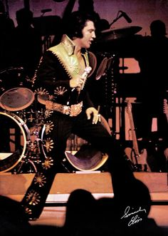 Elvis on stage at the Las Vegas Hilton in january 27 1971.