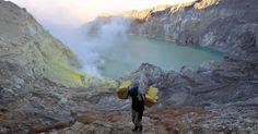 29.nov.2012 - Trabalhador carrega pedaços de enxofre coletados no vulcão Ijen en Banyuwangiem, nesta quinta-feira (29), na ilha de Java (Indonésia). O cume da montanha fica 2,6 km acima do nível do mar, e a cratera tem 1 km de largura. Apesar dos gases tóxicos emitidos pelo vulcão, cerca de 200 pessoas trabalham no local Imagem: Bagus Indahono/Efe