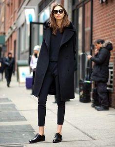 Street Style : Total look noir sobre et élégant : manteau en laine pantalon court et derbies | Taaora  Blog Mode Tendances Looks