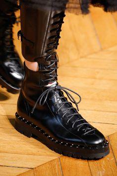 Острые и тупые носы, платформы и шпильки, ботфорты и босоножки — разбирайте