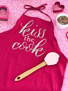 Make this DIY kiss the cook apron as a gift or for yourself! It is super easy with a Cricut machine and iron-on vinyl! Vinyl Crafts, Vinyl Projects, Kiss The Cook Apron, Custom Balloons, Apron Designs, Paper Flowers Wedding, Paper Flower Tutorial, Textiles, Crafts To Make And Sell