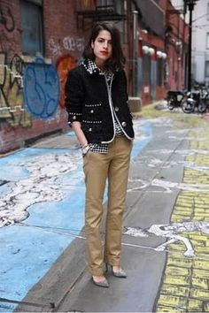 40 Stylish Pair Women Khaki Pants Outfit Ideas For Work - As the style world advances, the manner in which women select their garments appears to change also. Numerous differing styles these days see a dynami. Business Outfit Frau, Business Casual Dress Code, Leandra Medine, Casual Work Outfits, Work Casual, Simple Outfits, Paar Style, Khaki Pants Outfit, Fall Inspiration