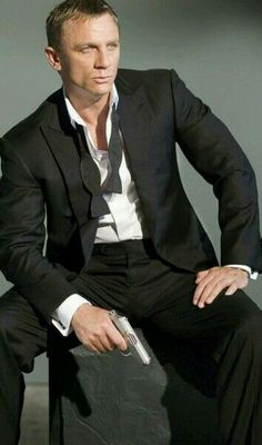 Daniel Craig as James Bond in Casino Royale Rachel Weisz, Daniel Craig James Bond, Craig Bond, Craig 007, Estilo James Bond, James Bond Style, James Bond Casino Royale, Daniel Graig, Z Cam