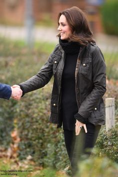 Duchess Kate: The Duchess of Cambridge Shows Off Her Green Fingers & Exclusive Azuni Discount! Kate Middleton Stil, Kate Middleton Dress, Kate Middleton Prince William, Duchess Kate, Duke And Duchess, Duchess Of Cambridge, Royal Dresses, Country Fashion, Royal Fashion