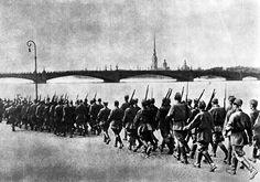 Моряки идут на фронт по улицам Ленинграда, октябрь 1941, фото Б. Кудоярова