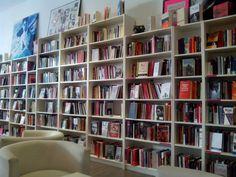 La Pantera Rossa es un centro social y librería construido sobre varios colectivos, que deseaban impulsar un centro social de nueva generación dirigido hacia la acción cultural y comprometido con la economía social y solidaria. Un espacio amplio y abierto que fuera útil a los colectivos y a los movimientos sociales.