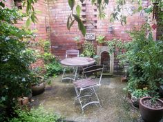 courtyard gardens : Secluded spot for a morning cup of coffee! : Fantastic pictures from real gardens to inspire your garden. Small Courtyard Gardens, Small Courtyards, Small Gardens, Outdoor Gardens, Tuscan Courtyard, Tiny Garden Ideas, Garden Borders, Garden Features, Cool Plants