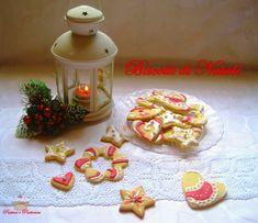 Questi Biscotti di Natale sono iclassici biscotti di pasta frolla impreziositi con decori realizzati con un composto di albume e zucchero a velo, detto Ghiaccia Reale. Semplici da eseguire, i bambini sono degli aiutanti perfetti, oltre a scandire allegramente i momenti di festa sono anche un regalo gradito per tutti i nostri cari.