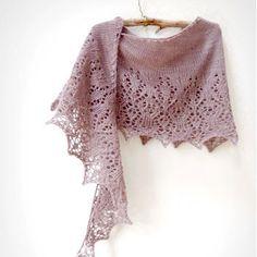 Ce patron vous permet de tricoter un châle en forme de demi lune, avec une jolie partie basse en dentelle qui présente un motif de fleurs printanières.