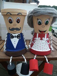 Couple de personnes âgées en pot de terre cuite